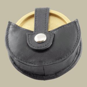 Snusdoshållare svart skinn Praktisk snusdoshållare i äkta skinn. Fästes enkelt i byxbältet. Passar snusdosor av standardstorlek